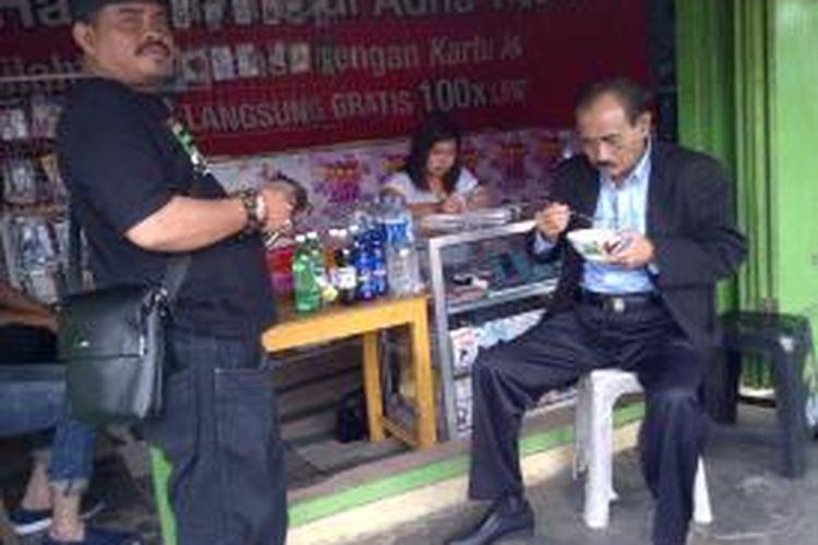 M Sihat, Calon Wakil Gubernur Jawa Timur, saat makan bakso di pinggir jalan di kecamatan Sumberpucung, Kabupaten Malang, Jumat (16/8/2013).