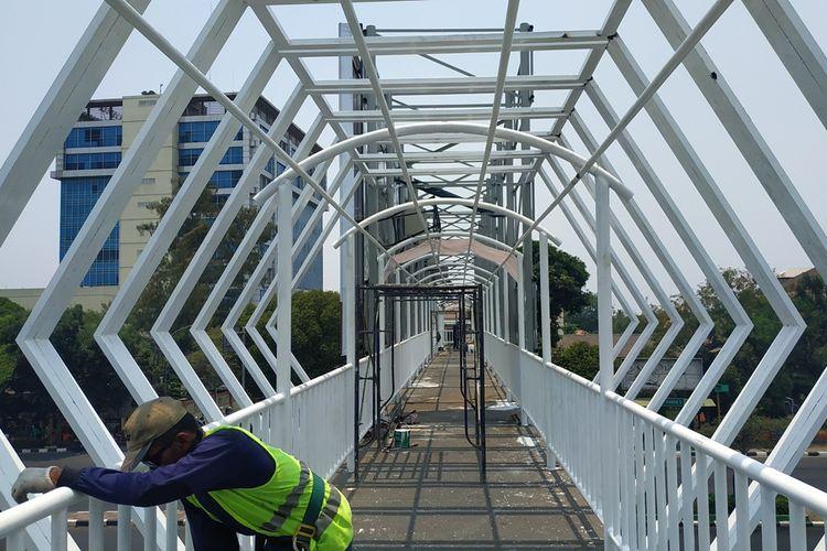 Pekerja masih merampungkan pembangunan jembatan penyeberangan orang (JPO) yang menghubungkan kompleks kantor Pemerintah Kota Bekasi dengan Stadion Patriot Candrabhaga, Jalan Jenderal Ahmad Yani, Bekasi Selatan, Rabu (9/10/2019).