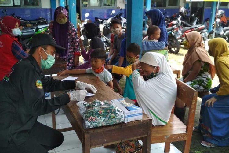 Posko kesehatan korban banjir di Desa Sidamulya, Kecamatan Kemranjen, Kabupaten Banyumas, Jawa Tengah.
