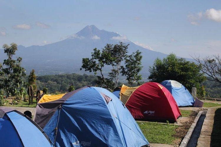 Tempat kemah di Tebing Breksi bernama Watu Tapak Camp Hill Jogja, Kabupaten Sleman (dok. Instagram @watutapak).
