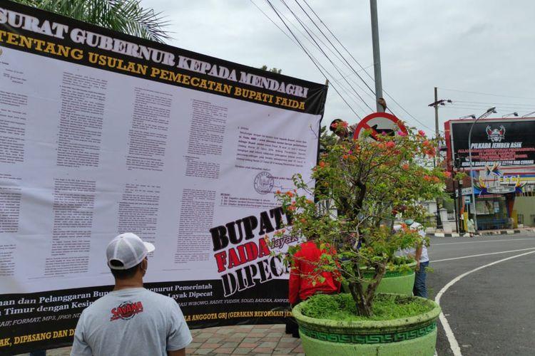 Warga memasang baliho surat gubernur tentang usulan pemberhentian Bupati Faida pada Mendagri di depan pendopo wahyawibawagraha Selasa (1/12/2020)