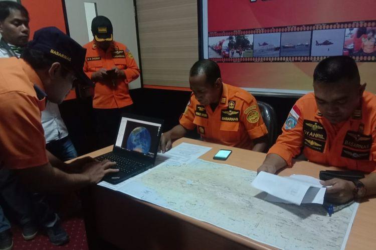Kepala Basarnas Timika Monce Brury bersama tim sedang melihat peta untuk dilakukan pencarian pesawat pada Kamis (19/8/2019)pagi.