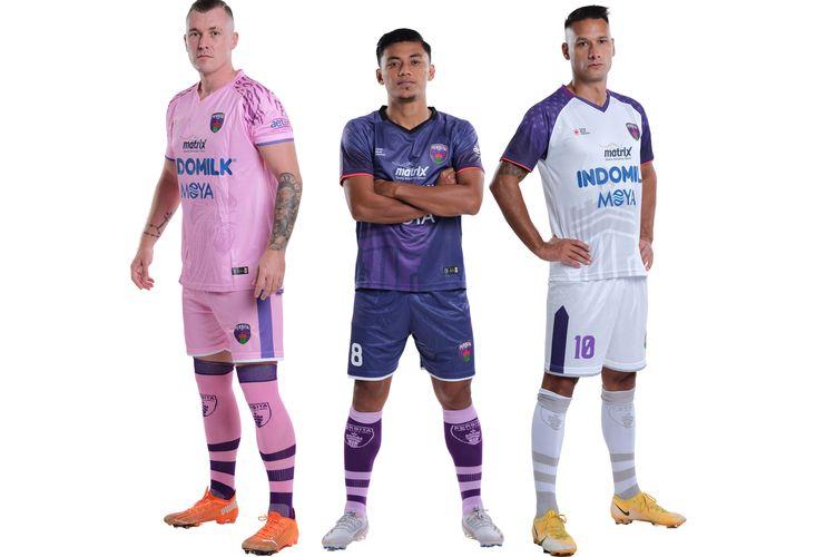 Tiga jersey Persita Tangerang musim 2021-2022 yang merupakan jersey sama dengan musim 2020-2021. Jersey kandang berwarna ungu, jersey tandang berwarna putih, dan jersey ketiga berwarna pink (merah muda).