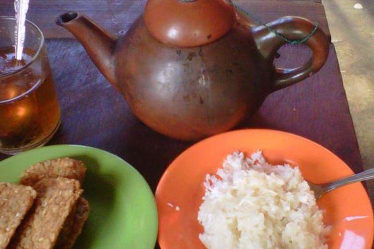 Sajian teh poci dengan tempe goreng dan ketan susu di warung ketan susu Kemayoran, Jakarta Pusat.