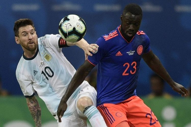 Lionel Messi berebutan bola dengan Davinson Sanchez pada pertandingan Argentina vs Kolombia dalam ajang Copa America 2019 di Fonte Nova Arena, Salvador, 15 Juni 2019.
