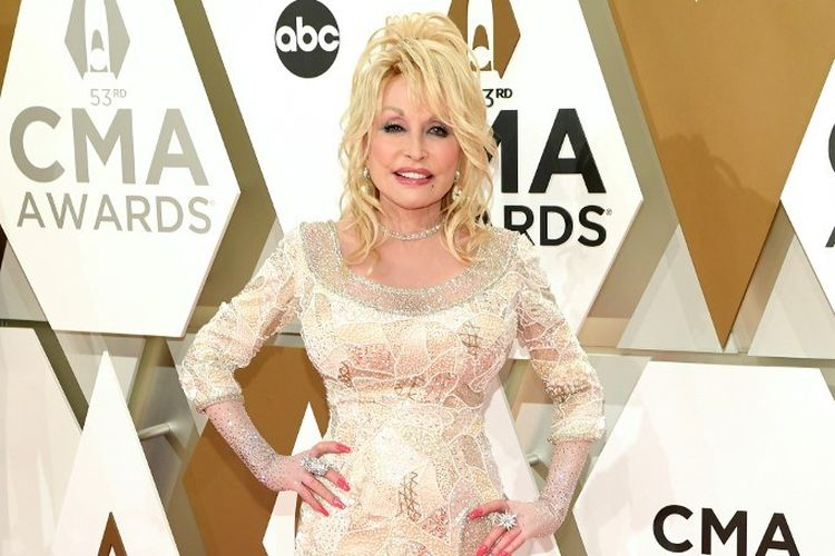 Penyanyi Dolly Parton menghadiri perhelatan CMA Awards 2020 yang digelar di Music City Center, Nashville, Tennesse, pada 13 November 2019.