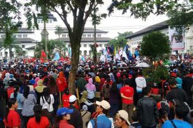 Ratusan buruh menggelar demonstrasi di Gedung Sate, Bandung beberapa waktu lalu.