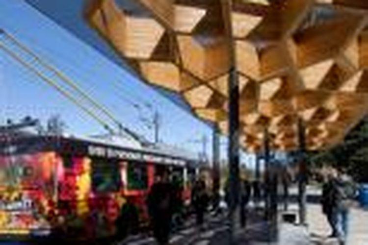 Public: Architecture   Communication mempersembahkan halte transit istimewa bagi University of British Columbia. Halte tersebut merupakan versi abstrak dari pepohonan yang memenuhi sisi jalan utama lingkungan universitas.