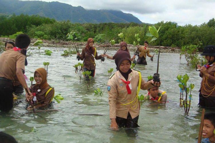 Siswa sekolah yang tergabung dalam Pramuka dilibatkan dalam penanaman bakau di desa. Mereka akan ingat betapa sulitnya menanam bakau, mereka juga akan menjaganya.