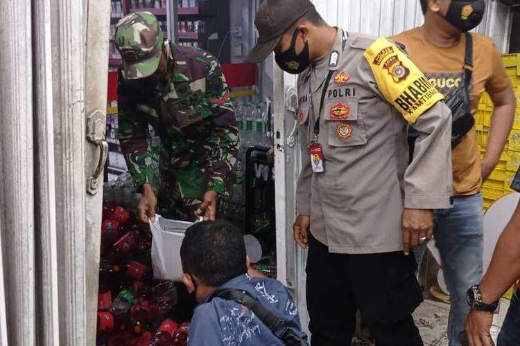 Salah satu swalayan Alfamart di kawasan Krueng Geukuh, Gampong Paloh Lada, Kecamatan Dewantara, dilempar bom molotov pada Sabtu (20/3/2021) sekitar pukul 19.15 WIB.