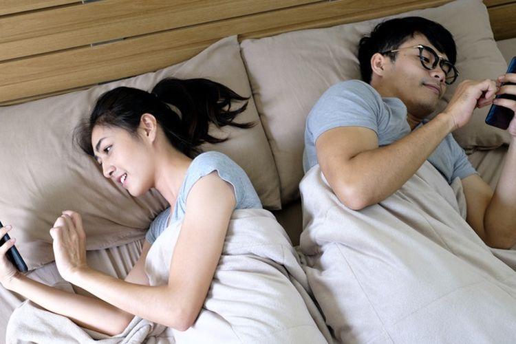 Bermain ponsel di tempat tidur