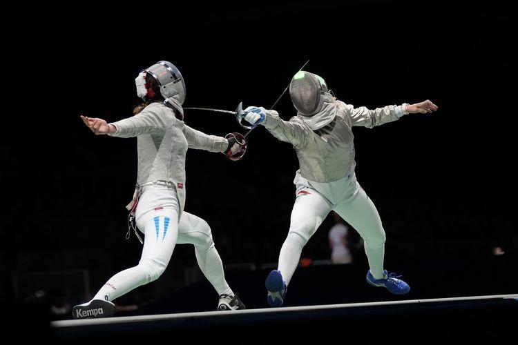 Maria Belen Perez Maurice dari Argentina (kiri) ketika bertanding melawan atlet Hongaria Anna Marton dalam babak 32 besar anggar kelas Saber di Chiba, Jepang, dalam perhelatan Olimpiade Tokyo, Senin, 26 Juli 2021.
