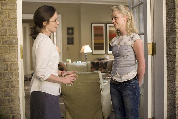 Tina Fey dan Amy Poehler, dua alumni SNL, beradu akting dalam film drama-komedi Baby Mama (2008).