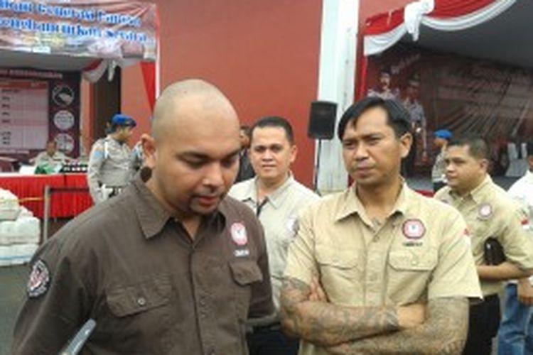 Yerry Pattinasarany (kiri) dan Michael Ponello, dua mantan pecandu narkoba saat hadir dalam acara pemusnahan barang bukti narkoba yang dilaksanakan oleh Polda Metro Jaya di area Bandara Soekarno Hatta, Rabu (3/6/2013)