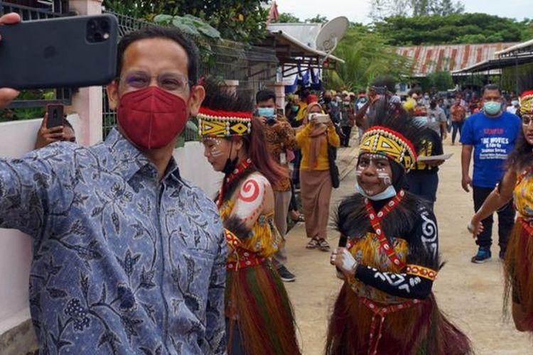 Menteri Pendidikan dan Kebudayaan Nadiem Makarim berswafoto dengan sejumlah penari di Sanggar Seni Nani Bili Kota Sorong, Papua Barat, Rabu (10/02)