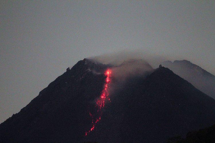 Gunung Merapi mengeluarkan lava pijar yang tampak dari Purwobinangun, Pakem, Sleman, Yogyakarta, Selasa (5/1/2021). Balai Penyelidikan dan Pengembangan Teknologi Kebencanaan Geologi (BPPTKG) menyatakan saat ini Gunung Merapi telah mengalami fase erupsi.