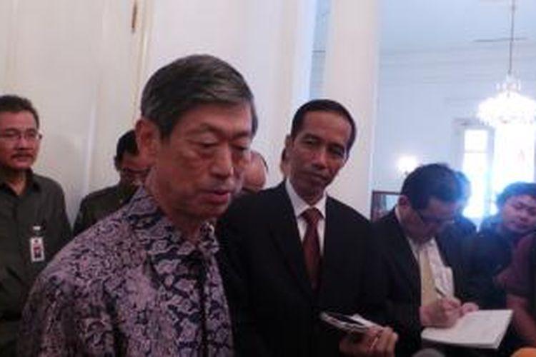 Gubernur DKI Jakarta Joko Widodo saat menerima Duta Besar Jepang untuk Indonesia Yoshinori Katori dan Ketua Komite Jak-Japan Matsuri 2013 KazunoriKobayashi, di Balaikota Jakarta, Senin (26/8/2013). Jak-Japan Matsuri 2013 akan diselenggarakan mulai dari 1-8 September 2013.