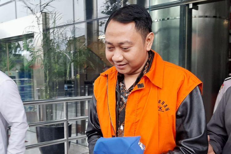 Bupati Lampung Utara nonaktif Agung Ilham Mabgkunegara meninggalkan Gedung Merah Putih KPK, Senin (3/2/2020).