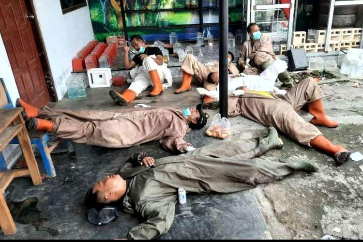 Personel Tentara Langit, petugas pemakaman dengan protokol Covid-19 Kota Blitar, kelelahan usia memakamkan 5 jenazah kurang dari 7 jam, Senin (28/6/2021)