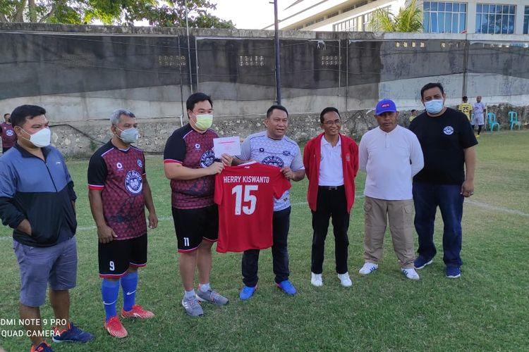 Fary Djemi Francis (Saat menyerahkan jersey Herry Kiswanto kepada David Fulbertus saat Deklarasi di Lapangan SSB Bali United Kristal Kupang, Sabtu (11/9/2021).