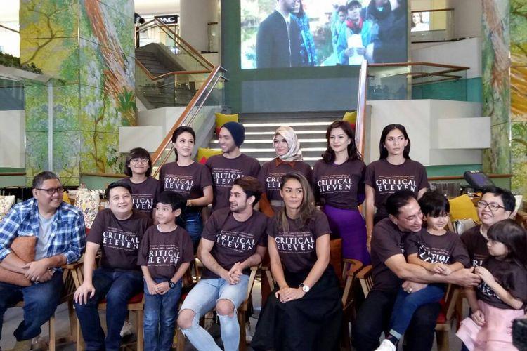 Tim produksi film Critical Eleven diabadikan di Plaza Indonesia, Jakarta Pusat, Jumat (5/5/2017).