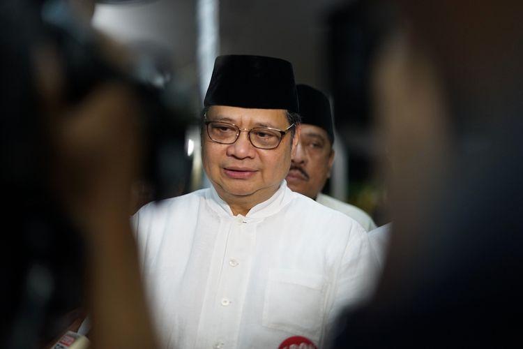 Ketua Umum Partai Golkar Airlangga Hartarto mengahadiri acara doa bersama yang digelar keluarga Presiden keenam RI Susilo Bambang Yudhoyono (SBY)di pendopo kediaman SBY, Puri Cikeas, Bogor, Jawa Barat, Senin (3/6/2019).