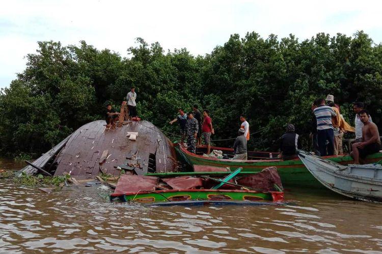 Perahu jukung bermuatan sembako yang karam di perairan Sungai Musi usai dihantam oleh Kapal Cargo berbendera Panama, pada Jumat malam (18/6/2020) kemarin.