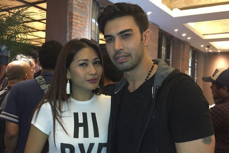 Tata Janeeta dan Mehdi Zati berpose di sela menghadiri peluncuran singel Sang Penggoda di Vin+, Kemang Raya, Jakarta Selatan, Rabu (11/4/2018).