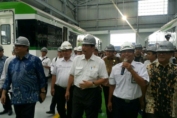 Menteri Koordinator Bidang Kemaritiman, Luhut B. Pandjaitan dan Menteri Perindustrian, Airlangga Hartarto berkunjung mengecek lokasi proyek pembuatan LRT Jabodebek di PT INKA Madiun, Kamis ( 18/1/2018).