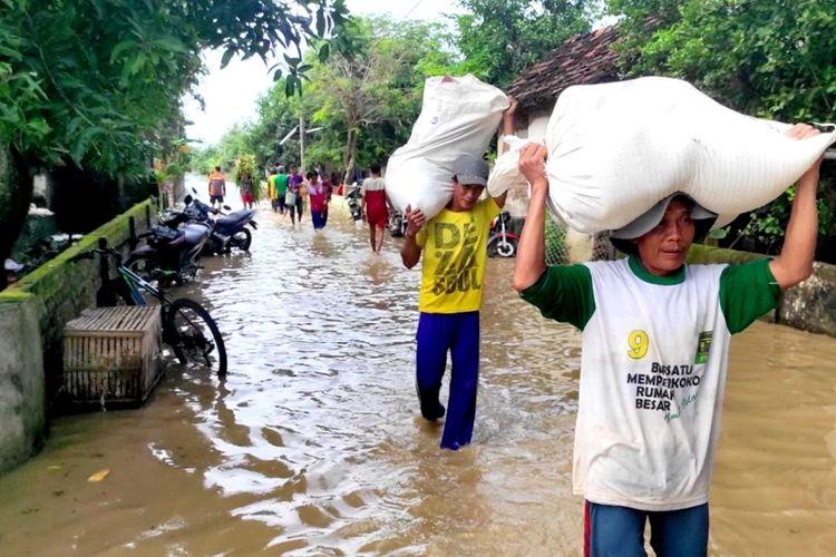 Kondisi banjir di Desa Gondangmanis, Kecamatan Bandar Kedungmulyo, Kabupaten Jombang, Jawa Timur, Jumat (5/2/2021). Akibat banjir, sebagian besar warga meninggalkan rumahnya untuk mengungsi.