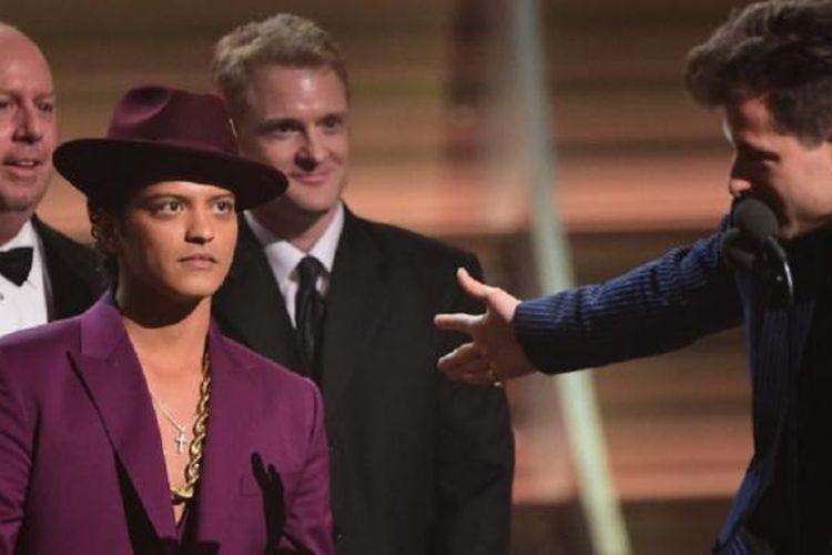 Bruno Mars (kiri) dan Mark Ronson menerima penghargaan Record of the Year dalam Grammy Award ke-58 di Staples Center, Los Angeles, Senin (15/2/2016).