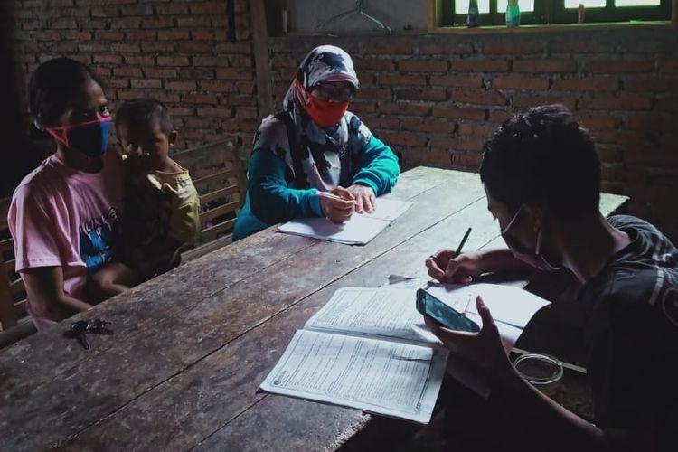 Guru SMPN 2 Kedungreja, Cilacap, Jawa Tengah mendampingi siswanya belajar dari rumah yang tidak bisa mengikuti pembelajaran daring karena tidak memiliki HP atau laptop. Pembelajaran tatap muka pasca vaksinasi menjadi harapan agar siswa bisa kembali mendapatkan layanan pembelajaran.