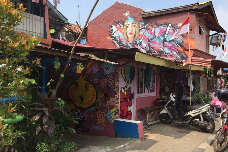 Beberapa rumah di RW 01 Kelurahan Babakan, Kecamatan Tangerang, Kota Tangerang yang dicat dengan berbagai motif pada Rabu (23/8/2017). Sebanyak 300 rumah di sana dihias oleh warga bersama sejumlah seniman yang tergabung dalam program Kampung Berkelir yang didukung oleh Pemerintah Kota Tangerang.