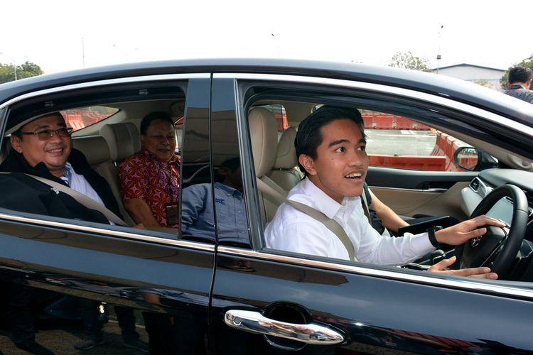 Kaesang Mencoba Toyota Camry Hybrid di Sunter, Jakarta Utara