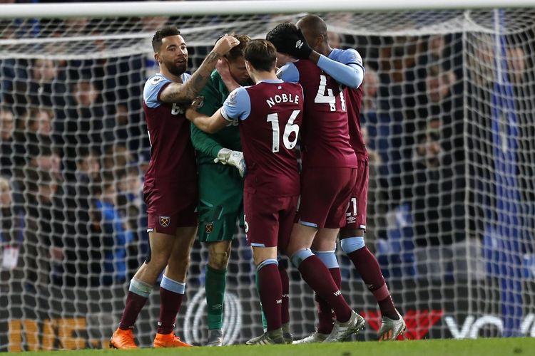 Kiper West Ham, David Martin, dikerubungi rekan-rekan setimnya usai laga kontra Chelsea.