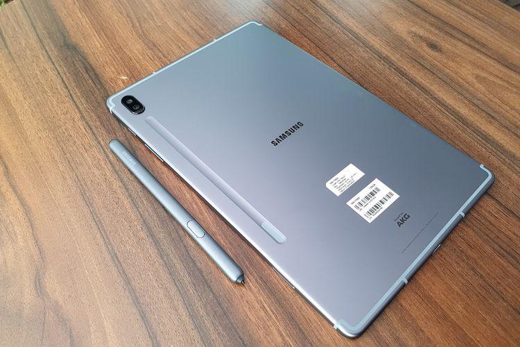 Tampak belakang dari tablet Galaxy Tab S6.