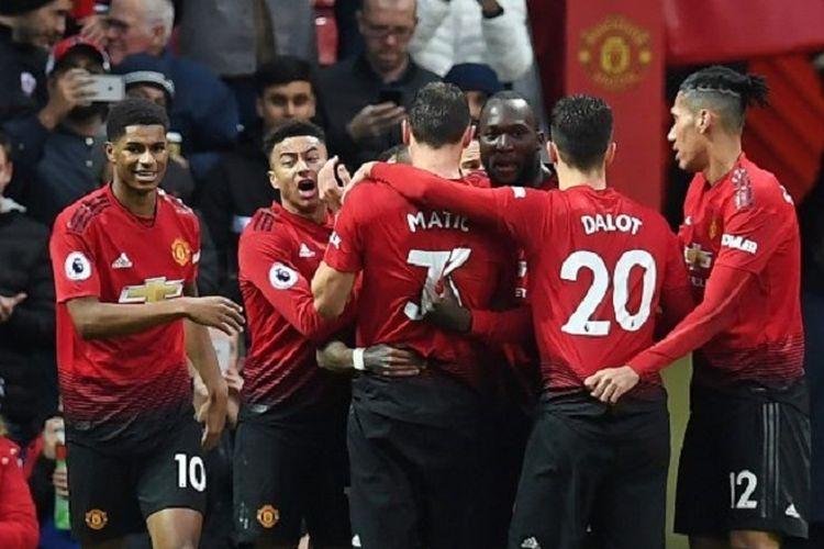 Ashley Young merayakan gol bersama rekan-rekannya pada laga Manchester United vs Fulham di Stadion Old Trafford dalam lanjutan Liga Inggris, 8 Desember 2018.