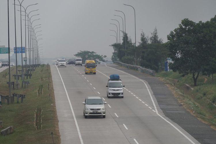 Ilustrasi mobil melintas di jalan tol
