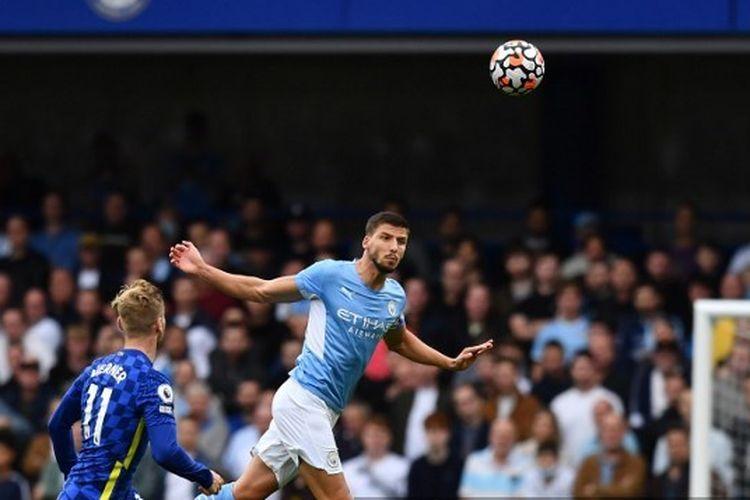Pemain Manchester City, Ruben Dias (kanan), menanduk bola di hadapan pemain Chelsea, Timo Werner, dalam pertandingan Liga Inggris antara Chelsea vs Man City di Stamford Bridge, London, Sabtu (25/9/20210).