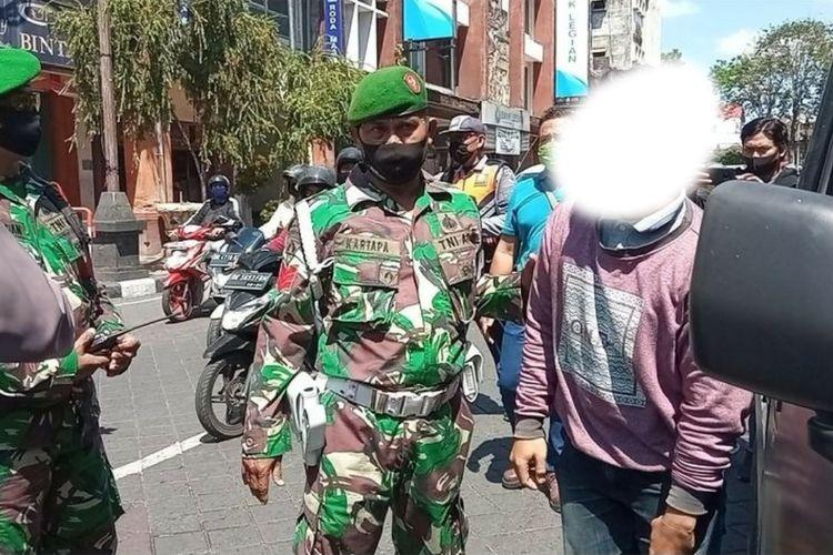 Seorang pengendara Pikap dihentikan petugas karena tak pakai masker di Jalan Gajahmada, Denpasar, Jumat (18/9/2020).