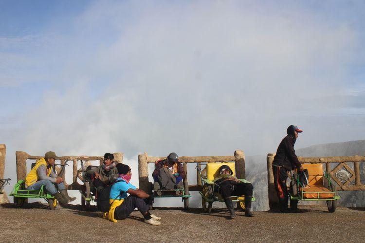 Para ojek troli wisatawan yang sudah sampai di puncak kawah ijen, mereka berharap ada penumpang menggunakan jasa mereka