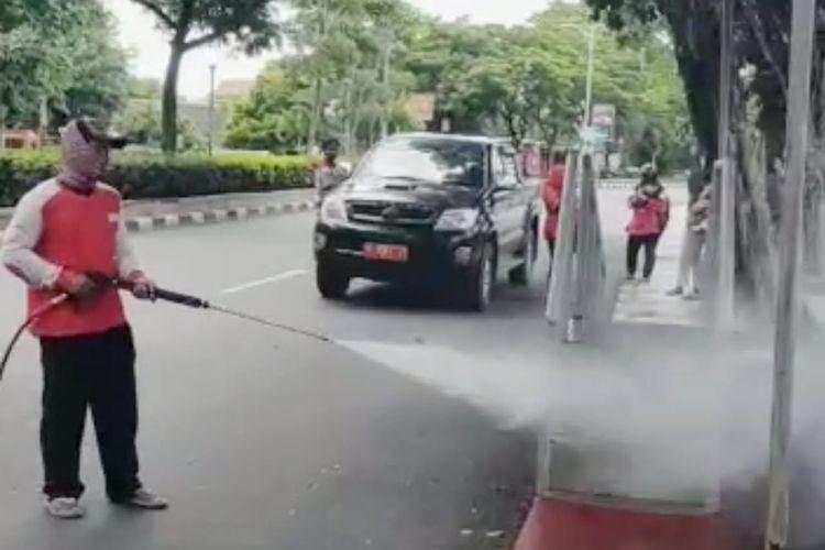 Pemerintah Kota (Pemkot) Semarang melakukan penyemprotan disinfektan massal di area publik dan jalan protokol, Jumat (20/3/2020).