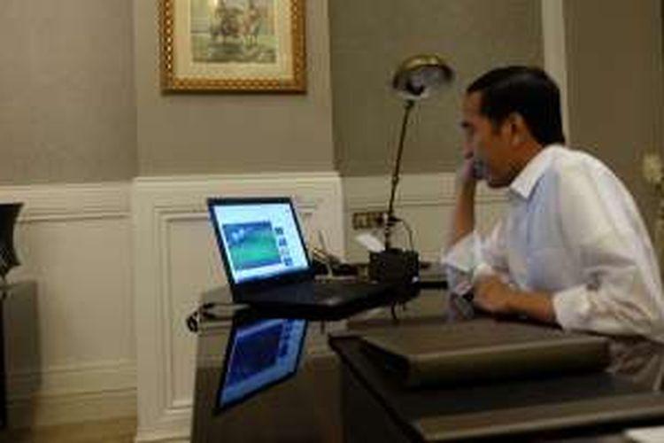 Presiden RI Joko Widodo menyaksikan pertandingan final piala AFF Suzuki Cup 2016 antara Indonesia dengan Thailand lewat live streaming di layar laptop, dalam foto yang diunggahnya ke Twitter pada Rabu (14/12/2016) malam.