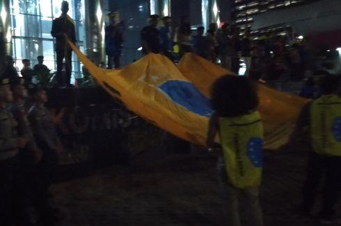 Penjagaan Polisi Kendur, Massa Bakar Ban dan Rusak Kawat Duri Depan Gedung KPK