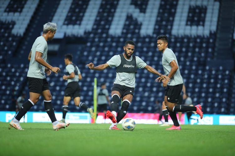Penyerang timnas Indonesia Yabes Roni beraksi pada sesi latihan jelang laga playoff Kualifikasi Piala Asia 2023 di Buriram, Thailand, pada 7 dan 11 Oktober 2021.