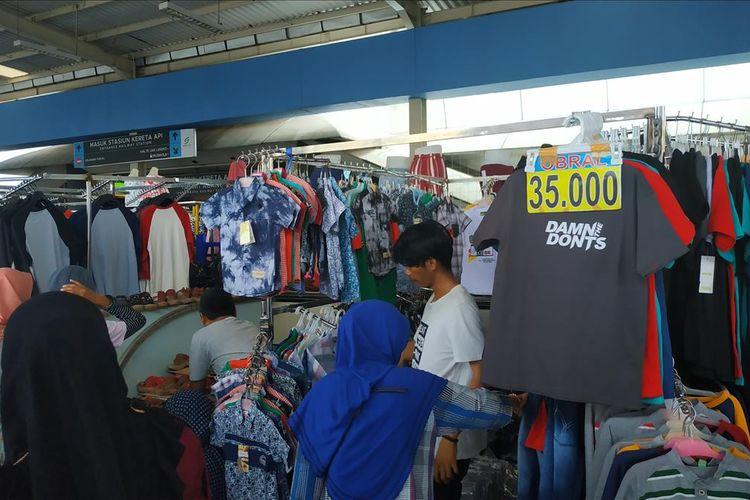 Sejumlah pedagang di Skybridge Tanah Abang mengobral barang dagangan jelang Lebaran 2019.