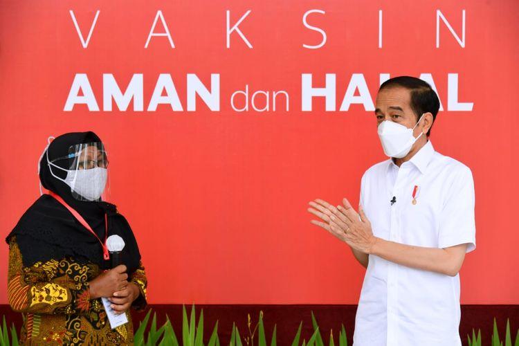 Narti (44) pedagang sayur di Pasar Inpres Kelapa Gading saat vaksinasi Covid-19 bersama Presiden Jokowi di Istana Kepresidenan, Jakarta, Kamis (14/1/2021)