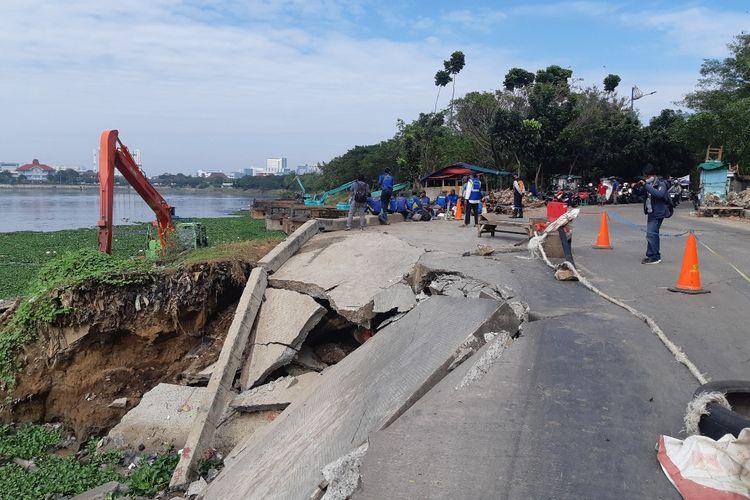 Jalan amblas di jalan Pluit Timur Raya Nomor 1, Penjaringan, Jakarta Utara tepat didekat Waduk Pluit