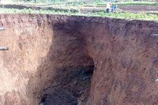 Lubang Besar yang Muncul di Area Persawahan Sukabumi Makin Meluas