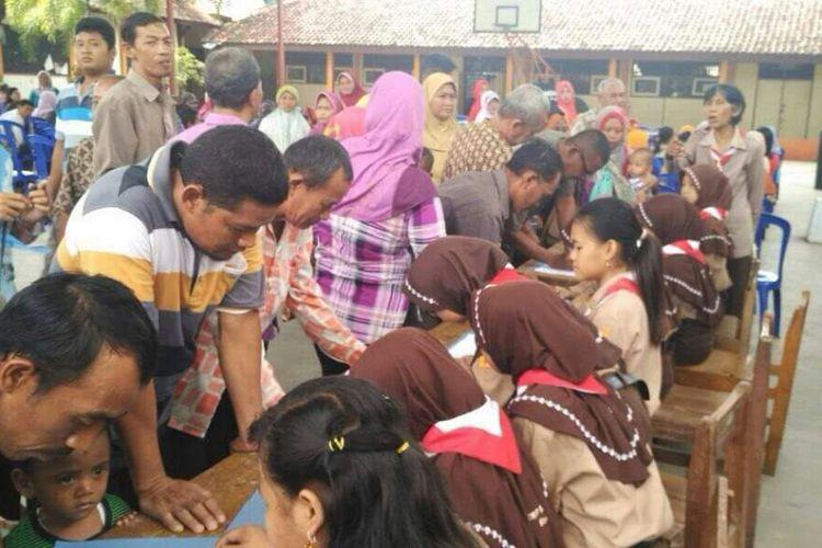 Komite sekolah SMP Negeri 5 Blora, Jawa Tengah mengembalikan uang iuran pengadaan komputer sebagai penunjang Ujian Nasional Berbasis Komputer (UNBK) kepada para wali murid yang sudah terlanjur membayar di halaman sekolah, Sabtu (27/1/2018)